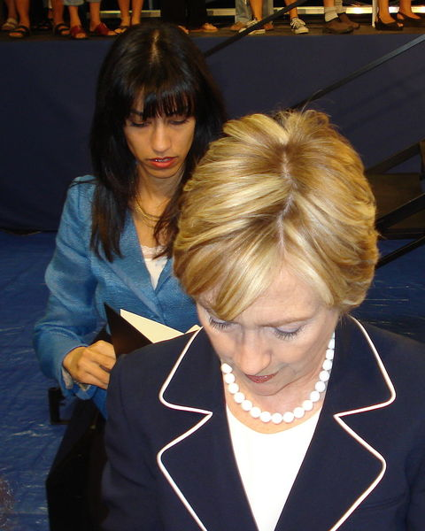 content_1024px-Hillary_Clinton_and_Huma_Abedin_1a